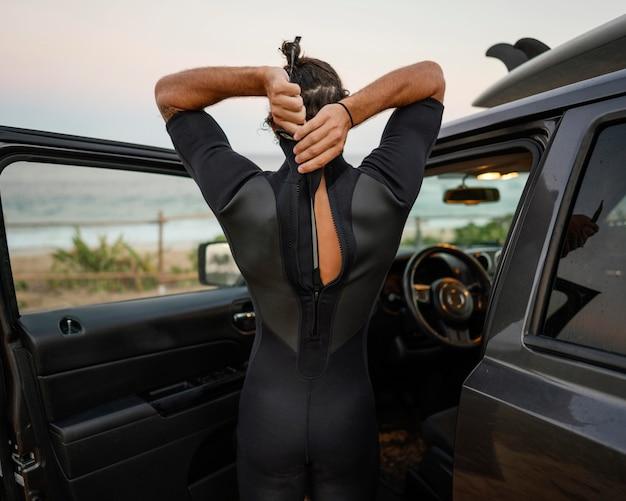 Homme portant des vêtements de surfeur tir horizontal