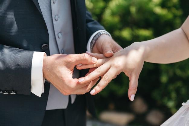 Un homme porte une bague de mariage pour sa femme