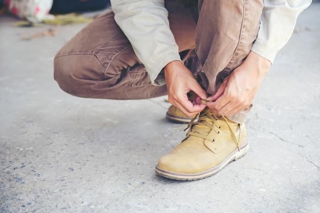 L'homme porte des bottes marron.