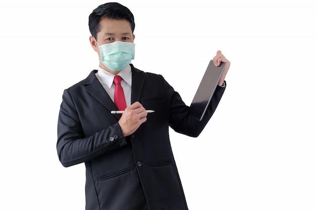 L'homme porte un masque