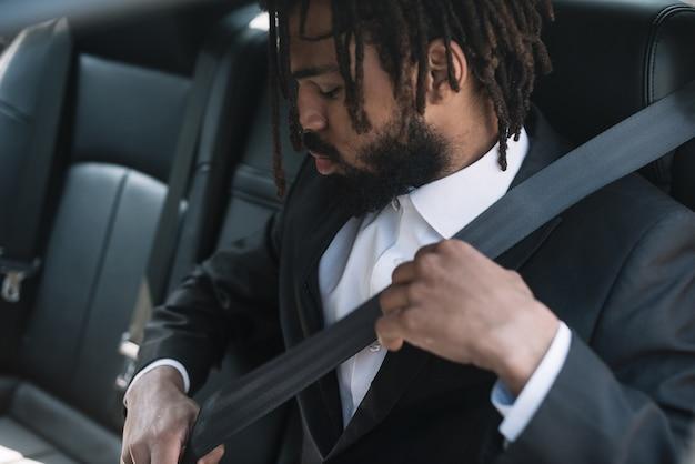 Homme, porter, ceinture de sécurité, coup moyen