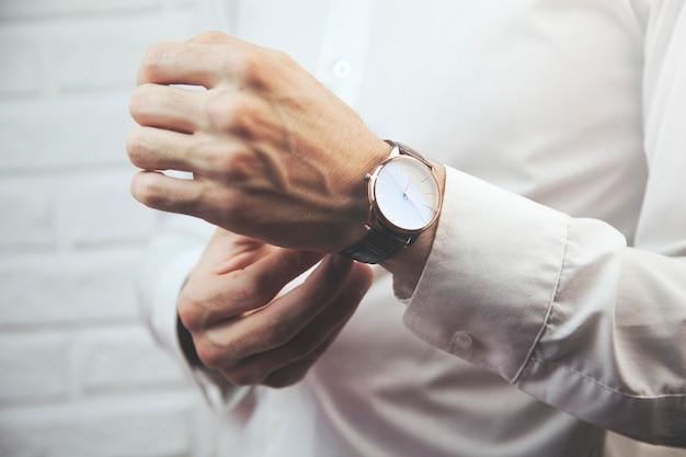 Homme, porter, montre