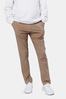 Homme, porter, pantalon marron, gros plan
