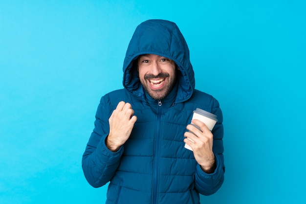 Homme, porter, veste hiver, sur, isolé, mur