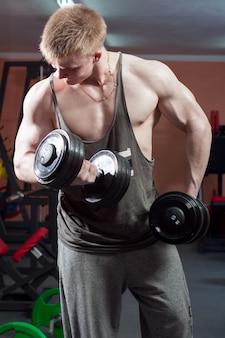 Homme posant le bodybuilder