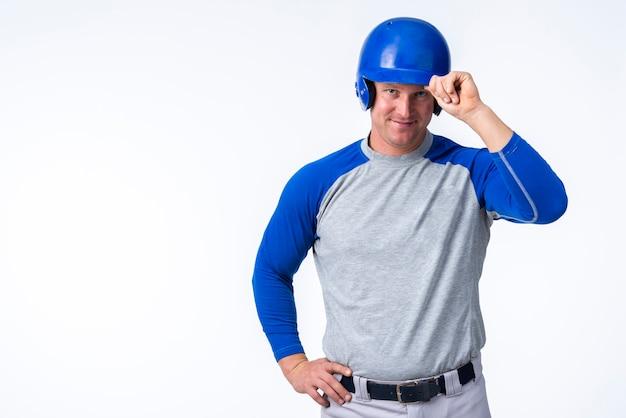 Homme posant avec un chapeau de baseball