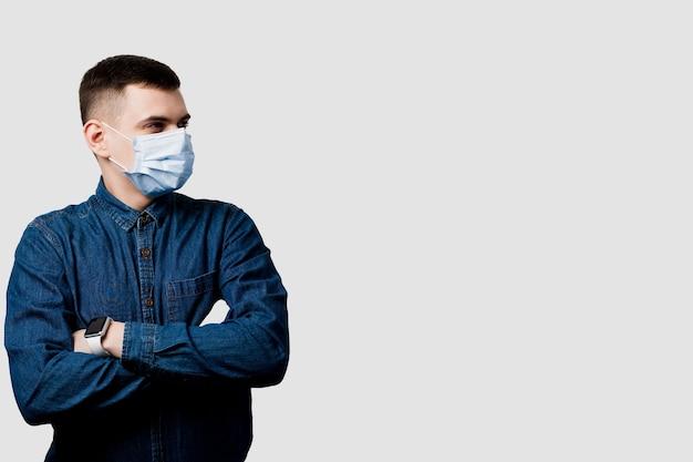 Homme posant dans un masque médical pour se protéger contre le coronavirus covid-19