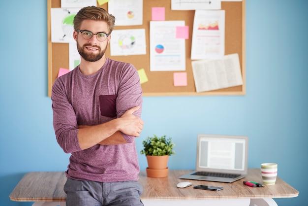 Homme posant dans son bureau
