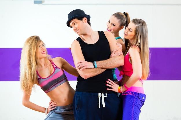 Homme posant avec une femme à l'école de danse zumba