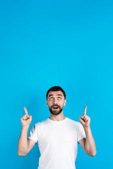 Homme posant et pointant vers le haut