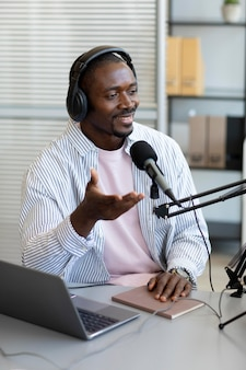 Homme posant des questions dans un podcast