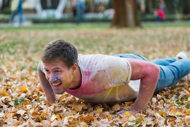 Homme posant sur le sol à holi