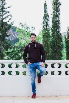 Homme posant sur une terrasse près de la forêt