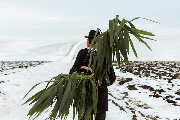 Homme posant en vêtements d'hiver à la lumière du jour