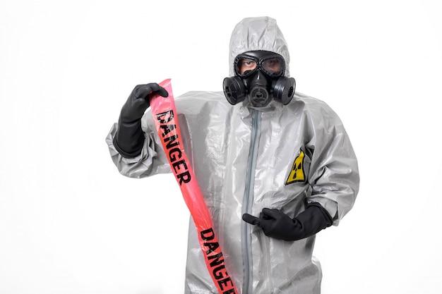 Un homme pose dans une tenue de protection