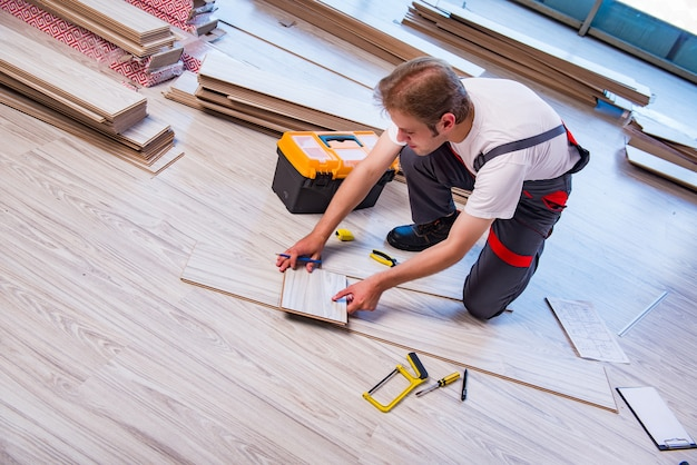 Homme, pose, stratifié, plancher, dans, construction