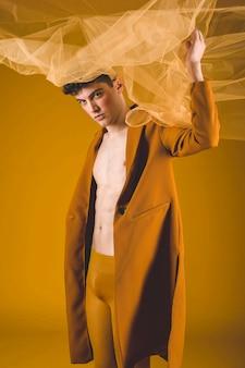 Homme, poser, jaune, tissu
