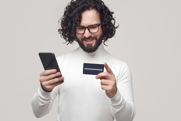 Homme positif faisant une commande en ligne sur smartphone