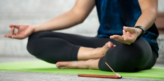 Homme en position du lotus pratiquant le yoga