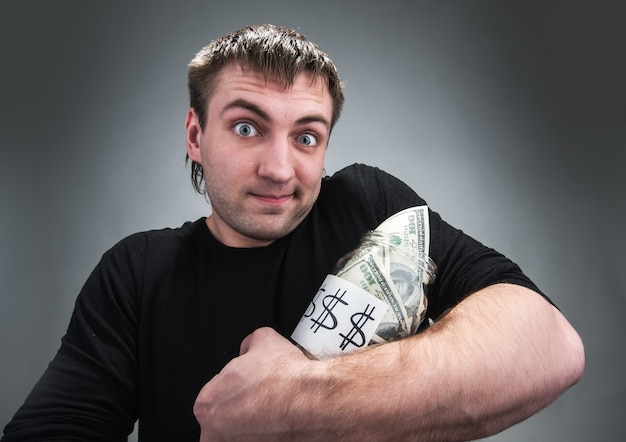 Homme avec pot de dollars