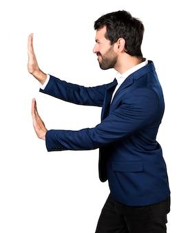 Homme poussant quelque chose