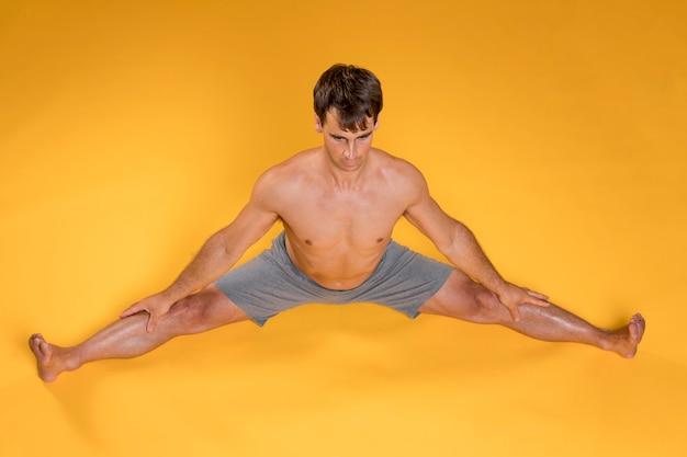 Homme pratiquant des exercices de yoga d'étirement