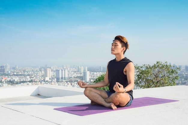Homme pratiquant le yoga avancé. une série de poses de yoga. concept de mode de vie.