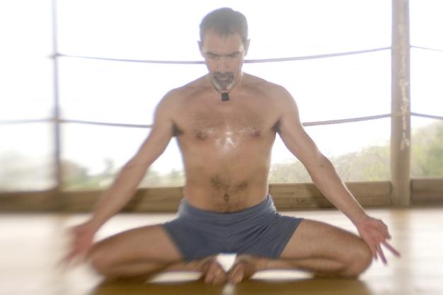 Homme pratiquant le yoga