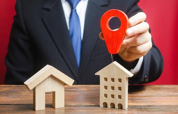 Un homme préfère choisir un immeuble résidentiel plutôt qu'une maison privée