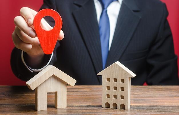 Un homme préfère choisir une maison privée plutôt qu'un immeuble résidentiel