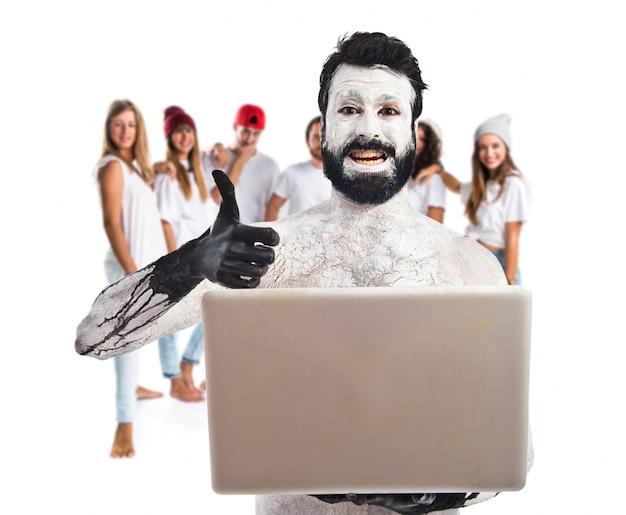 Homme préhistorique avec ordinateur portable