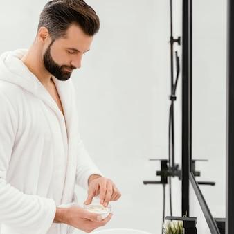 Homme prenant bien soin de son visage à la maison
