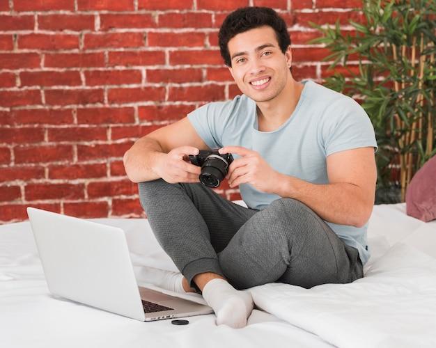 Homme prenant des cours en ligne pour la photographie numérique