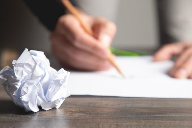 Homme prenant des notes sur papier