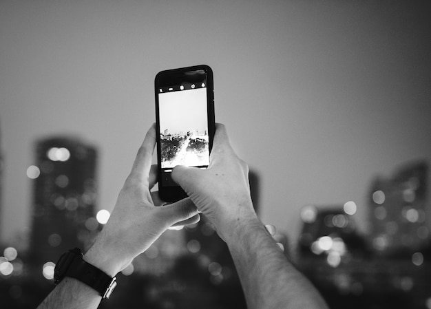 Homme prenant une photo avec un mobile