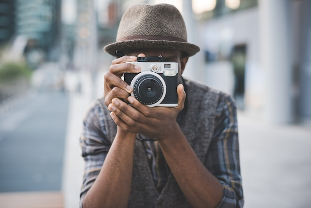 Homme prenant une photo