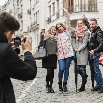 Homme prenant des photos d'amis