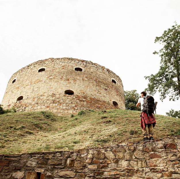 Homme prenant des photos du château