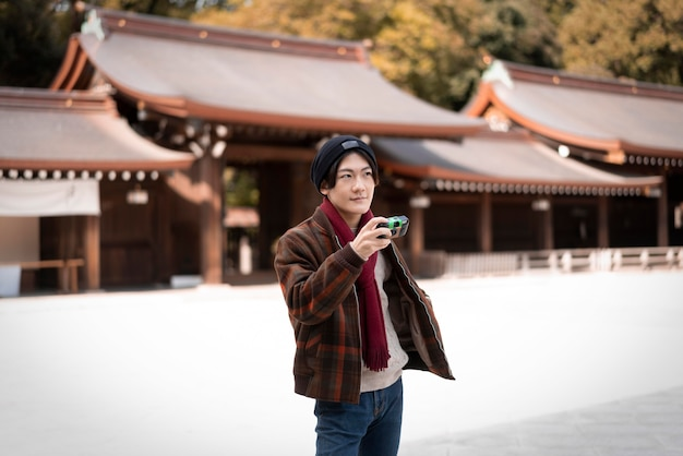 Homme prenant des photos à l'extérieur