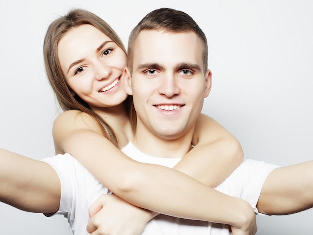 Homme prenant un selfie avec sa copine