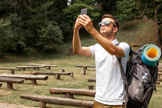 Homme prenant selfie en voyage
