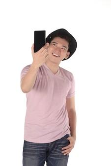 Homme prenant un selfie