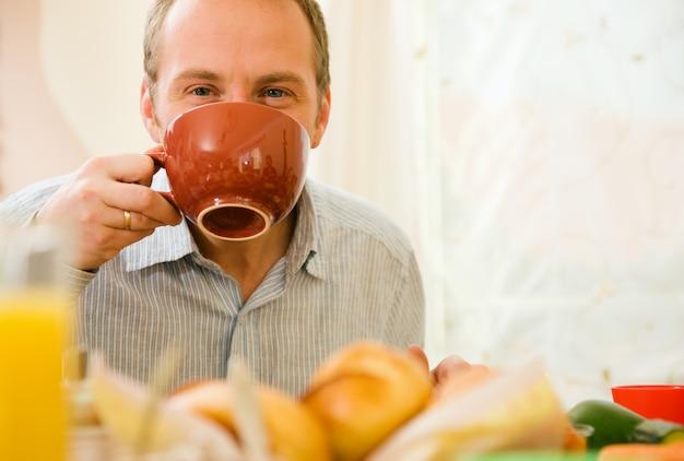 Homme prenant son petit déjeuner