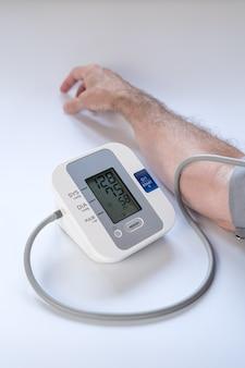 Homme prenant la tension artérielle avec le résultat de l'hypertension.