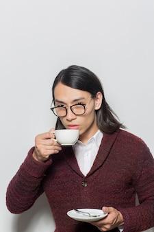 Homme prenant le thé