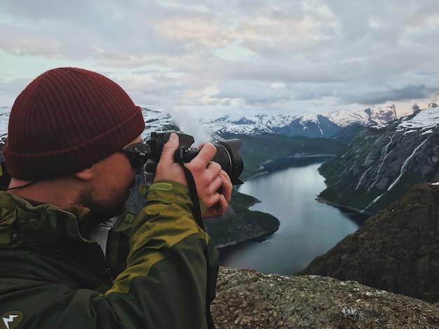L'homme prend une photo du magnifique paysage scandinave