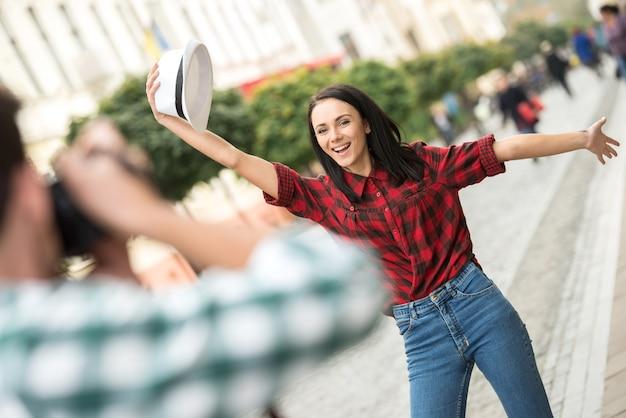L'homme prend la photo de la petite amie en voyage touristique.