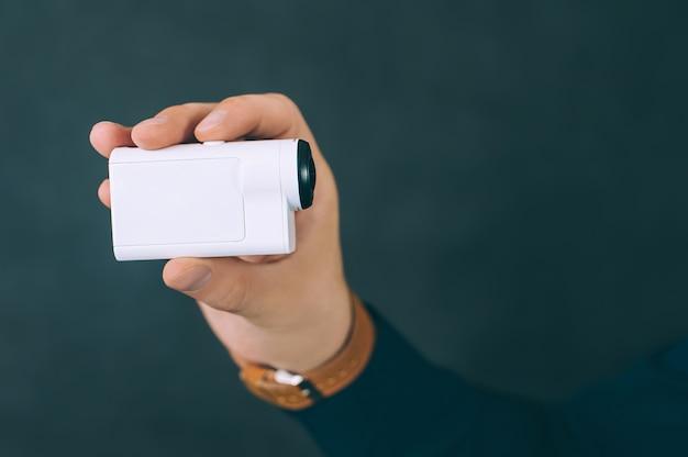 L'homme prend des photos, des vidéos avec une caméra d'action