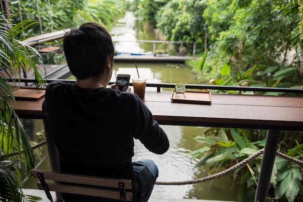 Homme prendre une photo de café par téléphone intelligent