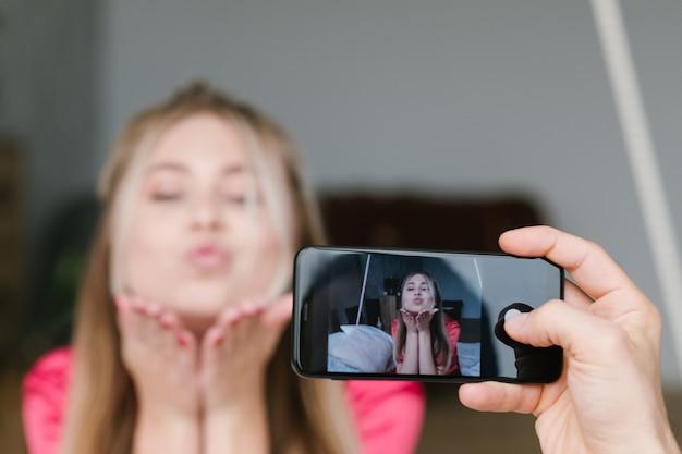 Homme, prendre photo, à, petite amie, à, smartphone